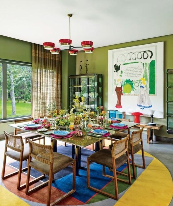 tapis-modernes-grande-pièce-grande-table-beaucoup-de-chaises-rideau