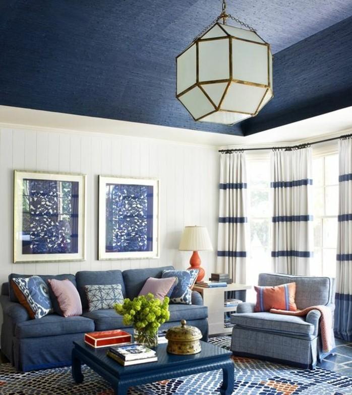 tapis-modernes-pièce-moderne-canapé-table-lustre-le-bleu-prédomine