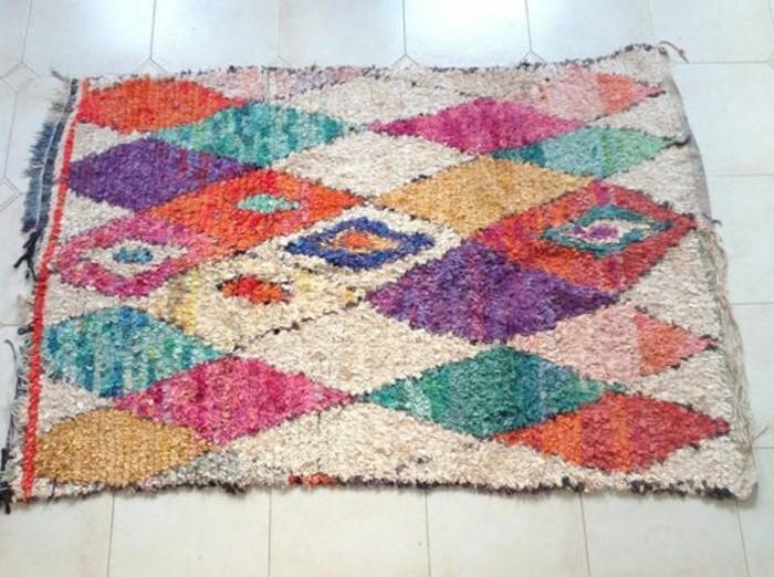 tapis-modernes-un-tapis-intéressant-composé-de-differentes-couleurs