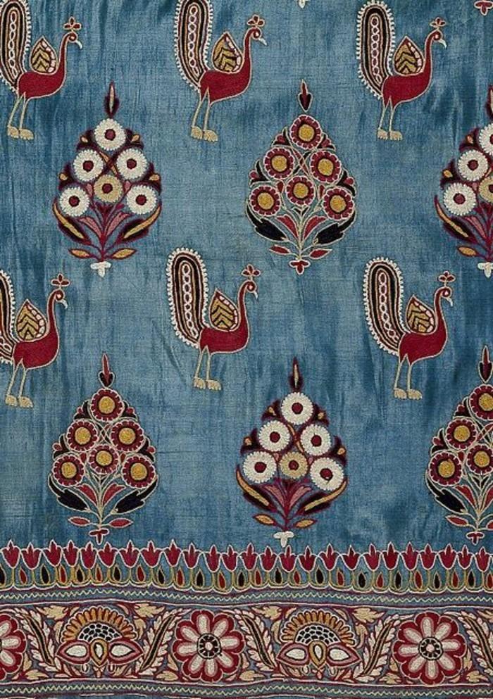 tapis-modernes-un-tapis-multicolore-orné-de-jolis-motifs