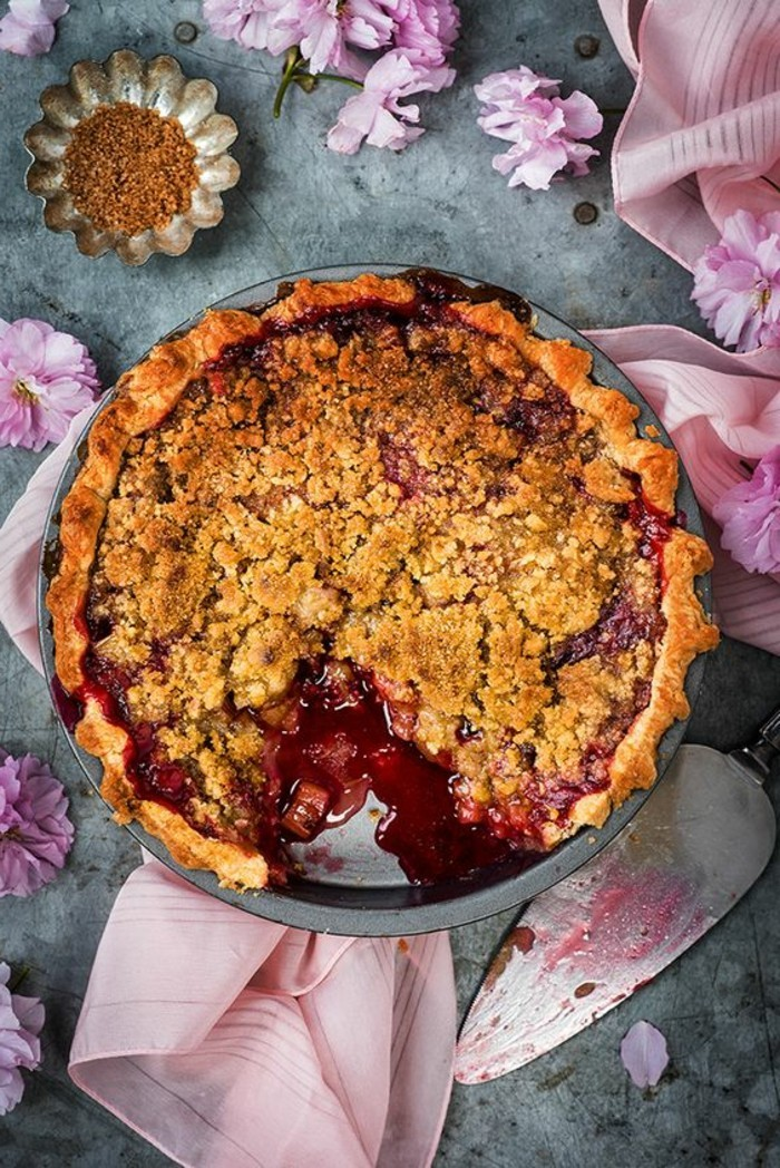 tarte-crumble-aux-fruits-rouges-en-forme-de-gateau