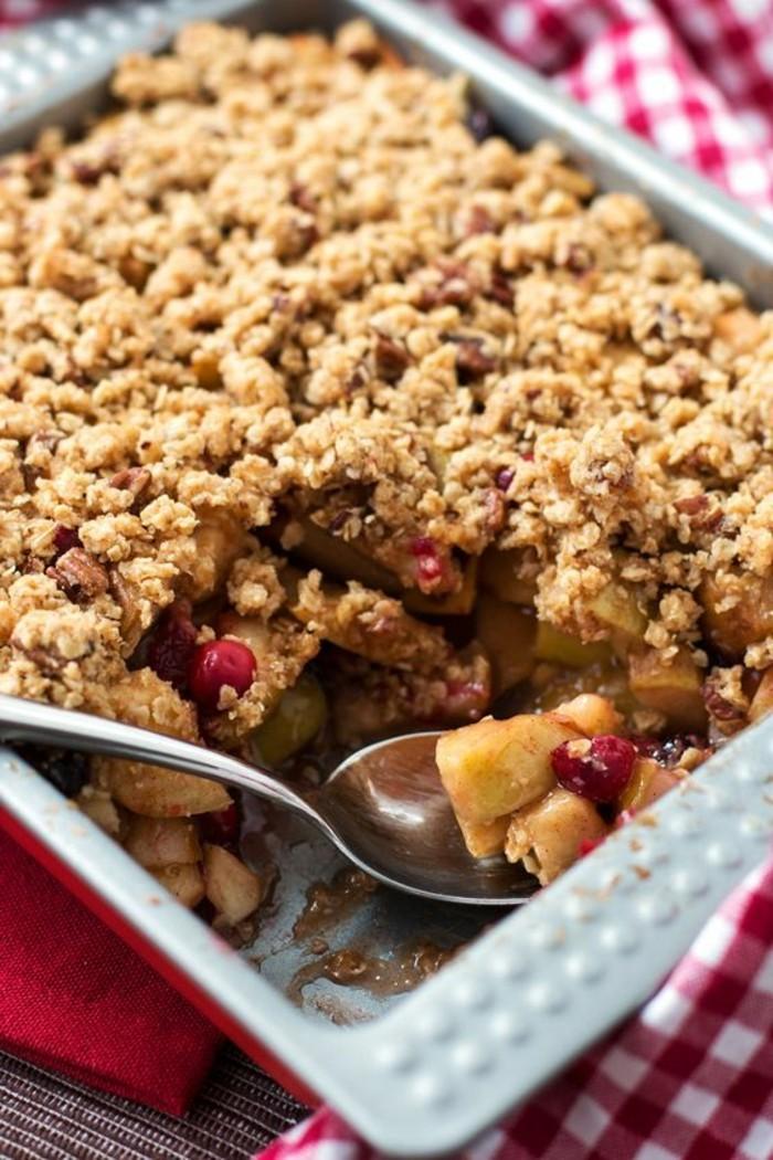 tarte-crumble-dessert-croustillant-avec-des-fruits-et-cereales