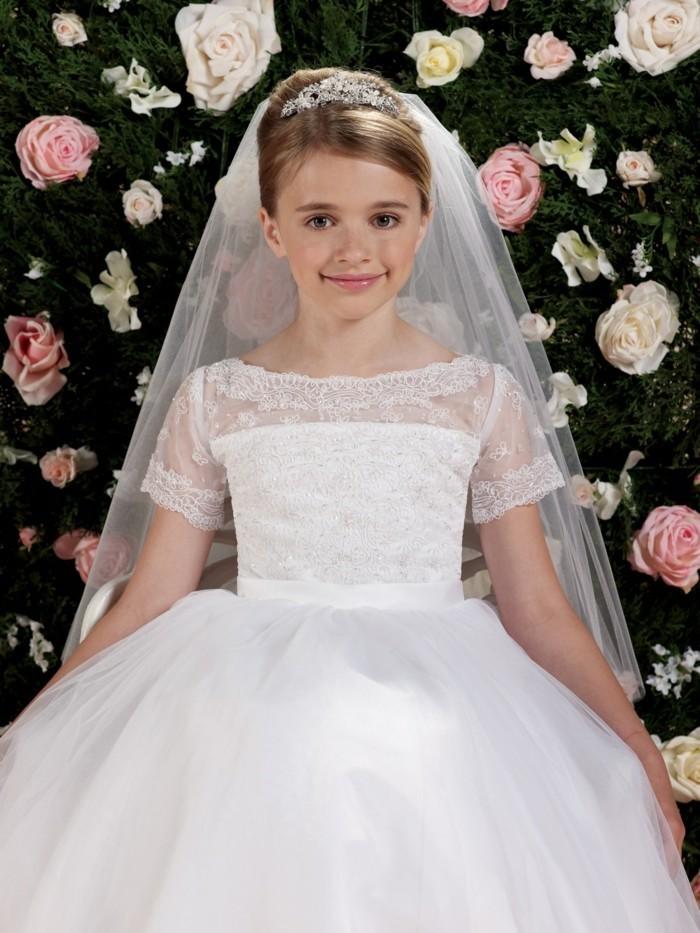 tres-beau-chignon-petite-fille-et-joli-voile-look-de-princesse-formidable