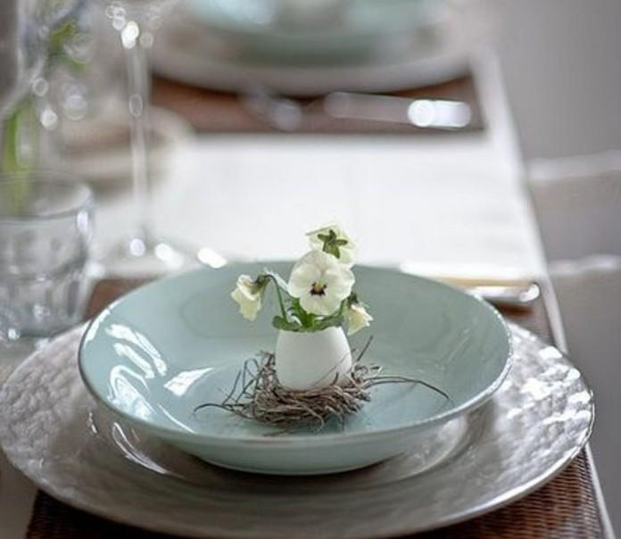 tres-belle-decoration-de-paques-pour-votre-assiette-jolie-petite-fleur-dans-une-coquille-d-oeuf