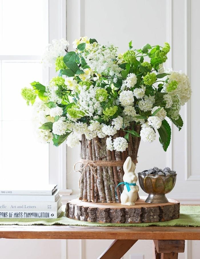 tres-belle-deco-paques-dans-un-style-rustique-vase-original-fleurs-lapin