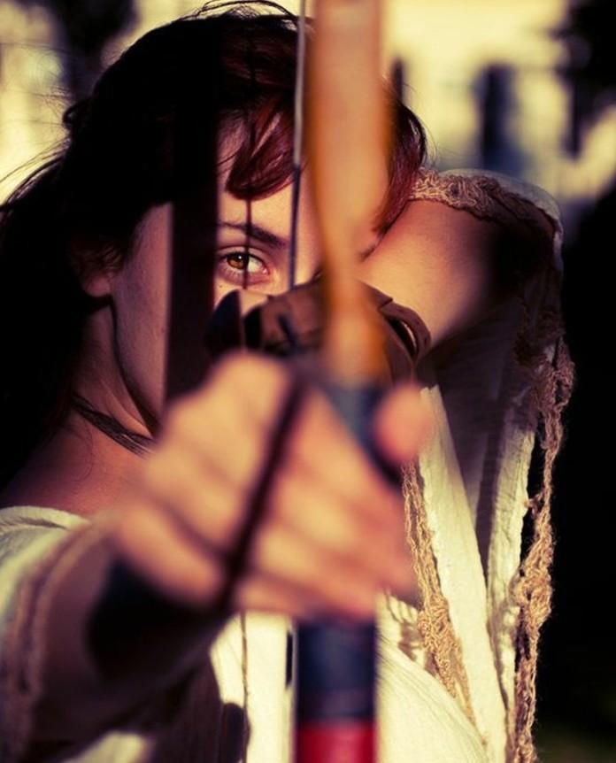 tres-belle-photo-femme-archer-muni-d-un-arc-en-bois-idee-comment-fabriquer-un-arc-geniale