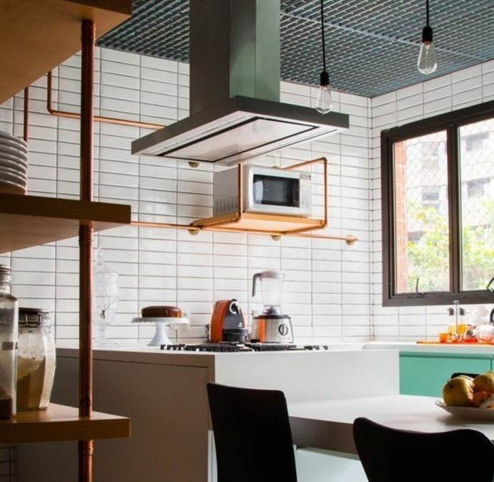 tres-interessante-suggestion-deco-industrielle-pour-votre-cuisine-carrelage-blanc-chaises-noires-etagreres-industrielles-design
