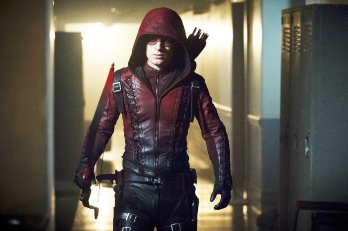 un-autre-personnage-archer-de-la-serie-arrow-arc-et-fleches-rouges-arrow-look-archer-modern-fabriquer-un-arc