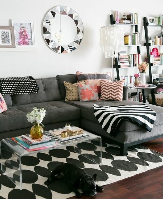 un-interieur-trop-stylee-et-sympa-salon-gris-et-blanc-couleur-peinture-salon-blanc-et-canape-gris-tapis-en-noir-et-blanc-des-eclats-de-couelur