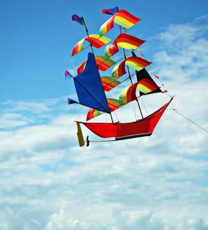 un-joli-cerf-volant-en-forme-d-un-bateau-a-voiles-idee-pour-fabriquer-un-cerf-volant-modele-plus-sophistique