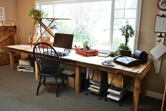 un-long-bureau-en-palette-idee-pour-fabriquer-un-bureau-a-la-maison