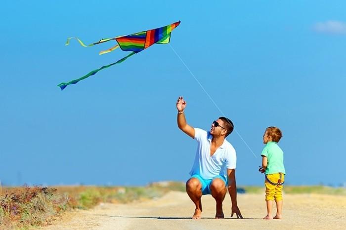 un-papa-et-son-petit-fils-qui-font-voler-un-cerf-volant-guide-pour-fabriquer-un-cerf-volant