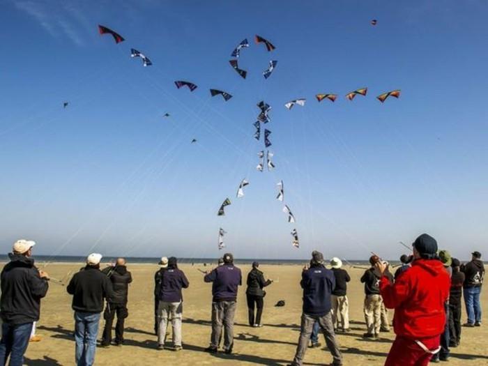 une-idee-impressionnante-cerf-volant-enorme-dirige-par-plusieurs-personnes-comment-fabriquer-un-cerf-volant