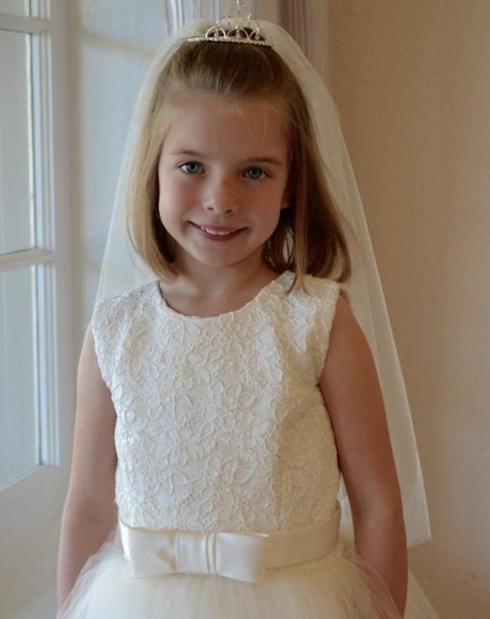 une-veritable-princesse-coiffure-communion-simple-cheveux-laches-et-charmante-diademe-voile