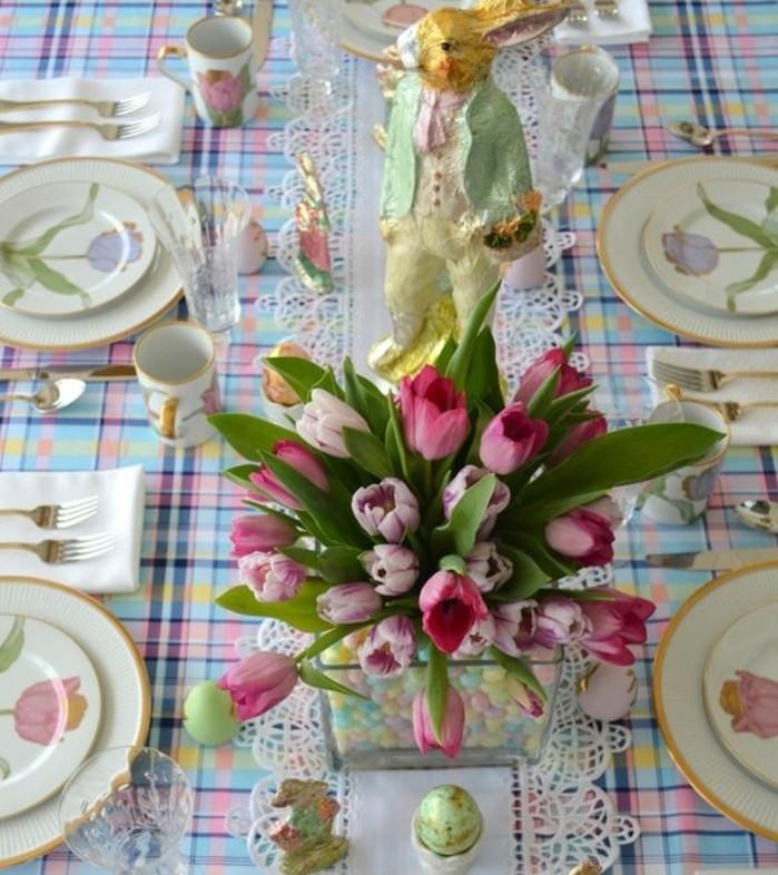 vaisselle-tres-convenable-pour-la-fete-et-centre-de-table-tres-joli-deco-florale-somptueuse