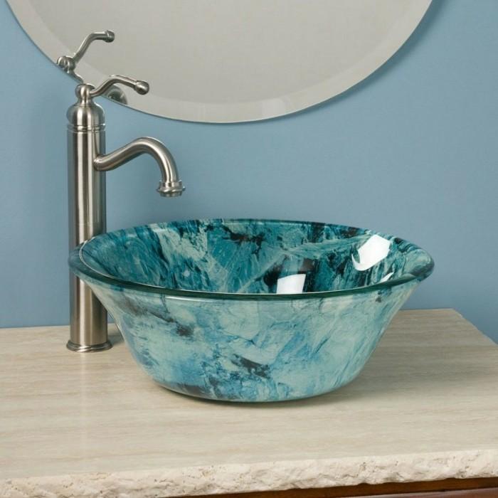 vasque-ronde-en-verre-bleu-sur-comptoir-beige