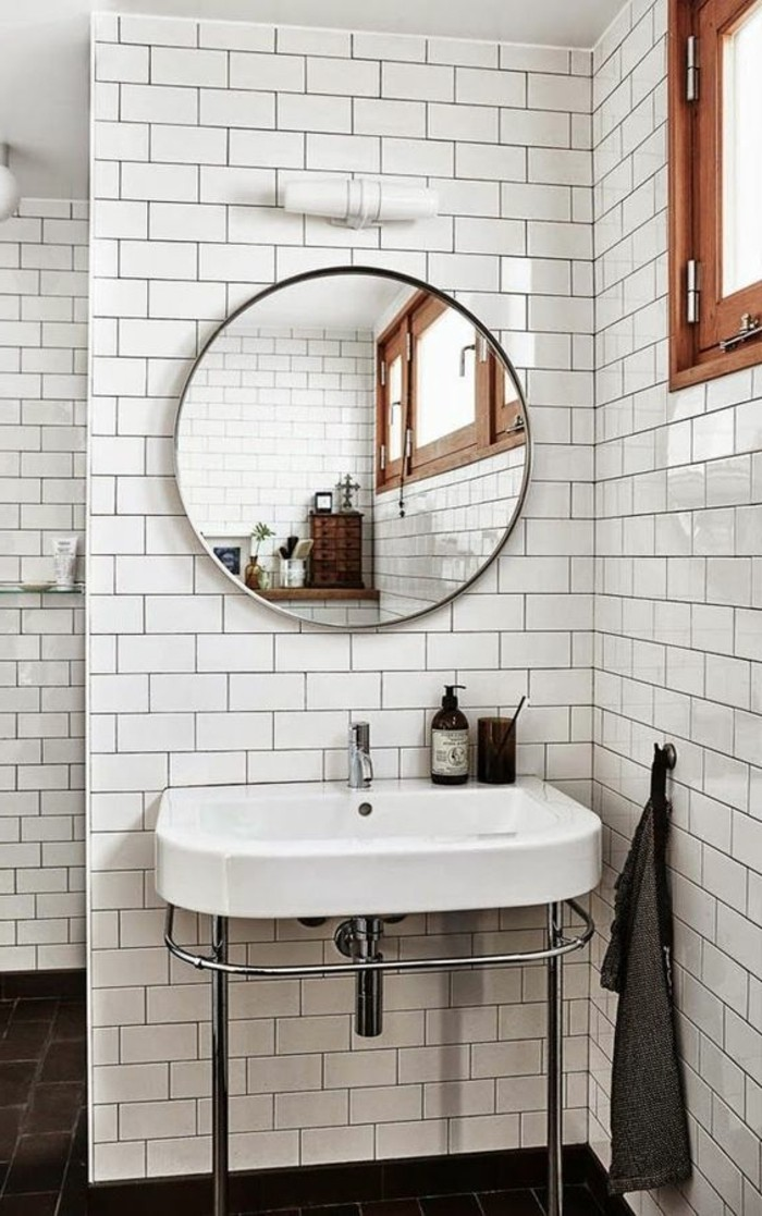 vasque-suspendue-miroir-rond-sur-carrelage-metro