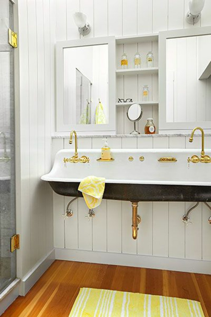 vasque-suspendue-robinets-dores-sol-salle-de-bain-bois