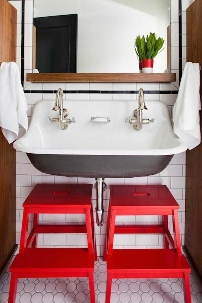 vasque-suspendue-vintage-avec-deux-chaises-rouges-dessous