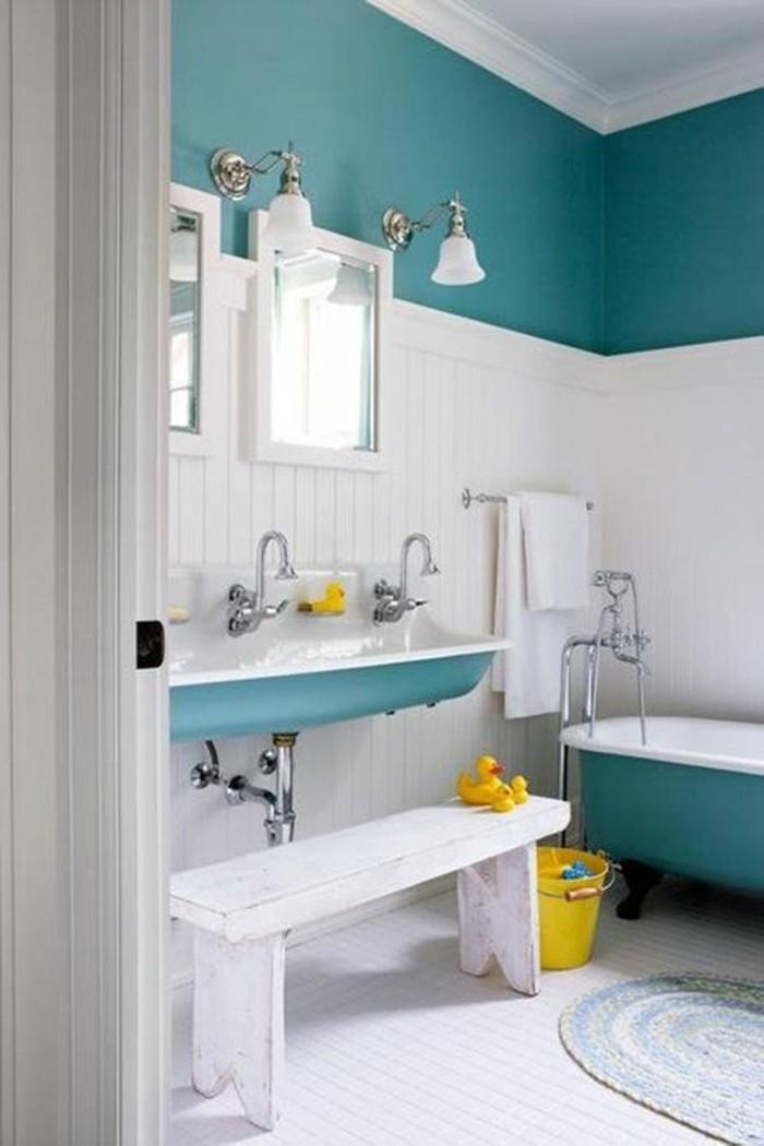 vasque-suspendue-vintage-bleue-dans-salle-de-bain-bleu-blanc