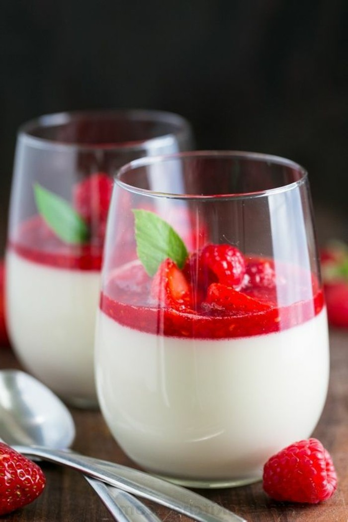 verrine-sucree-dessert-blanc-a-la-framboise-servi-en-verre