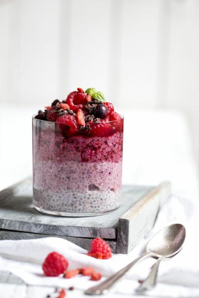 verrine-sucree-framboises-et-creme-dessert-delicieux