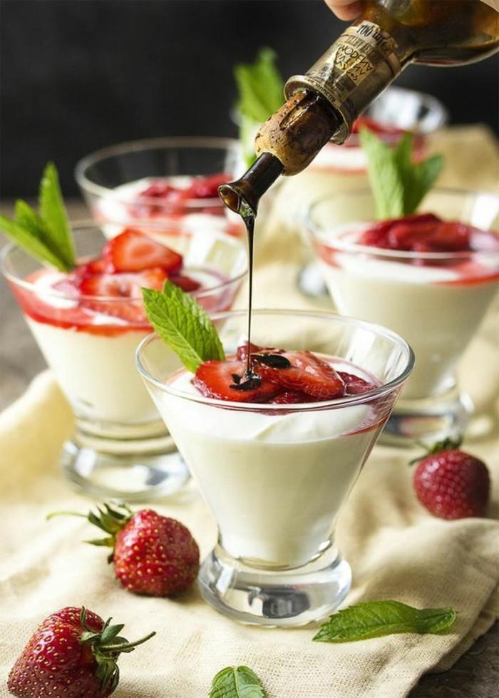 verrine-sucree-jolies-verrines-sucrees-avec-des-fraises