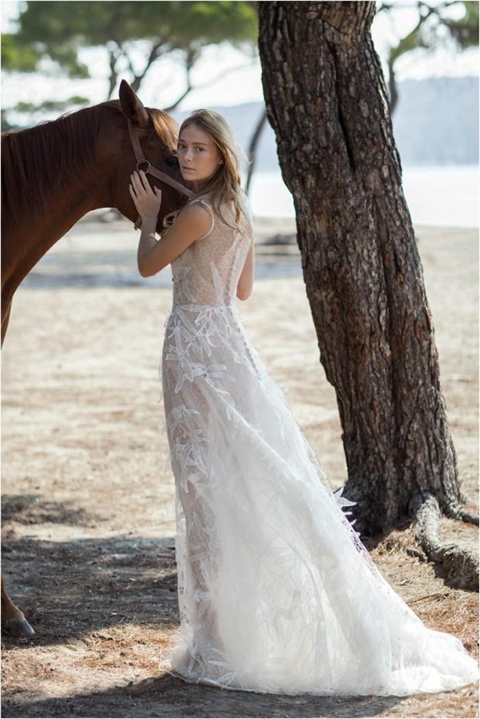 voir-la-robe-de-mariee-romantique-boheme-tendance-cheval-plage