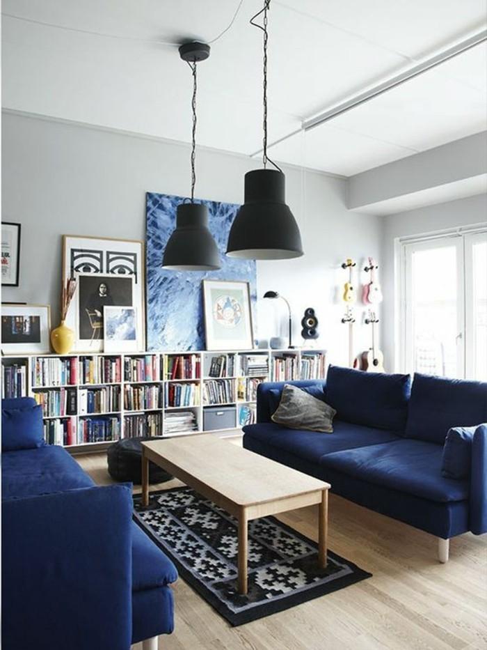 etagere-basse-grand-salon-avec-sofas-bleus-et-table-basse-en-bois