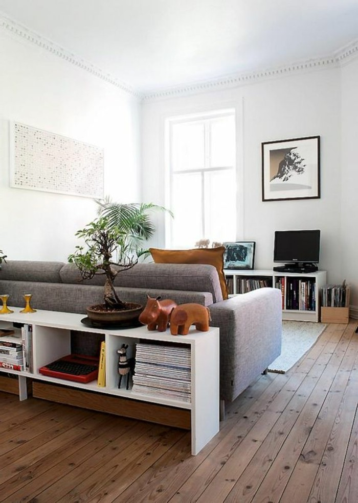 etagere-basse-salon-original-le-plancher-en-bois-grand-sofa-gris