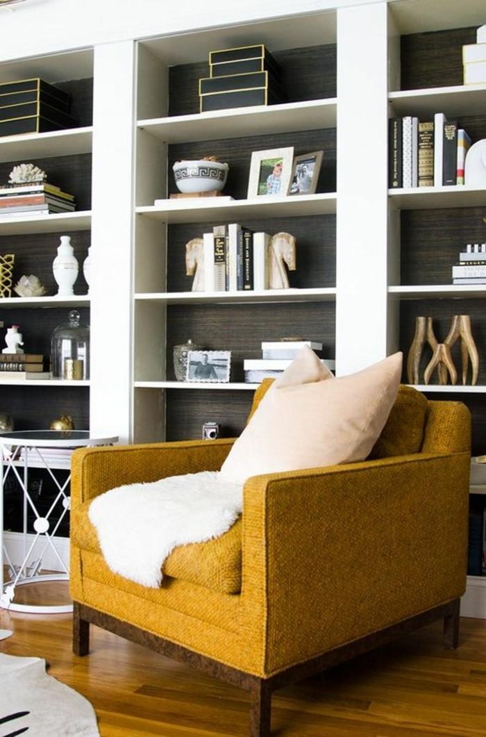 etagere-mur-entier-parquet-en-bois-fauteuil-couleur-moutarde