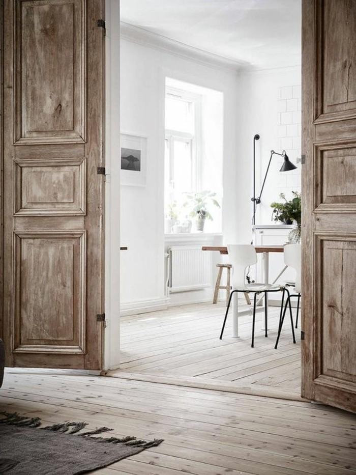 1-interieur-bois-brut-salon-porte-en-bois-clair-tapis-gris-meubles-salon-tapis-gris