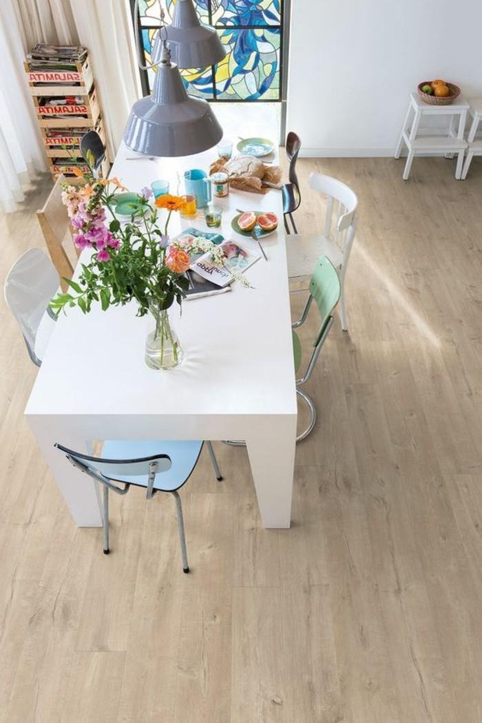 1-salle-de-sejour-sol-en-parquet-pas-cher-couleur-clair-grande-table-blanche