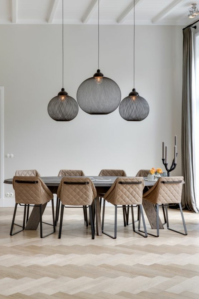 1-salon-chic-marron-beige-chaise-en-cuir-beige-lustre-boule-noir-parquet-clair