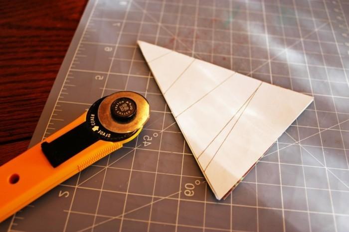 decouper-des-elements-dans-les-triangles-pour-fabriquer-votre-carte-de-voeux-personnalisee-pour-noel