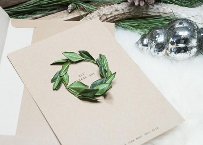 jolie-carte-de-voeux-personnalisee-realisee-avec-du-papier-craft-et-un-brin-de-buis-en-forme-de-couronne