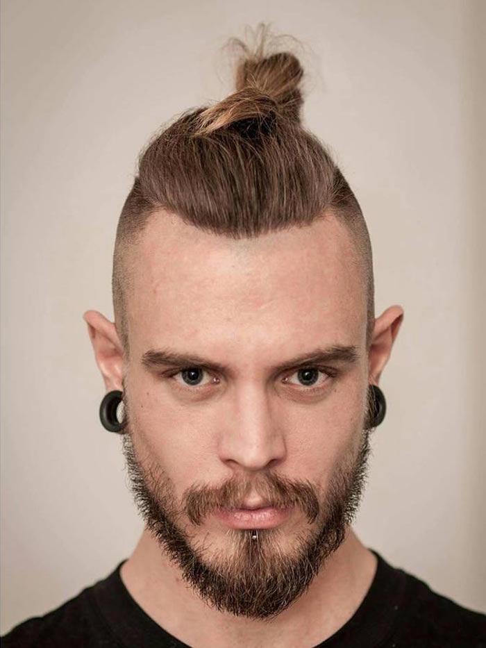 top-knot-blond-barbe-hispter-chignon-man-bun-court-samourai