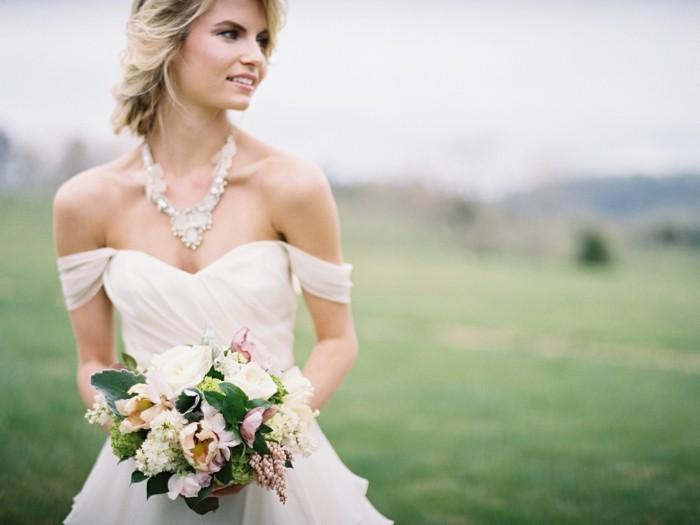Belle robe de mariée simple et chic, longue et féerique