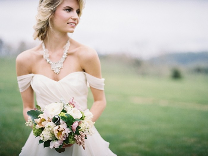 admirable-femme-belle-robe-mariee-simple-et-elegante-jardin-mariage-plein-air