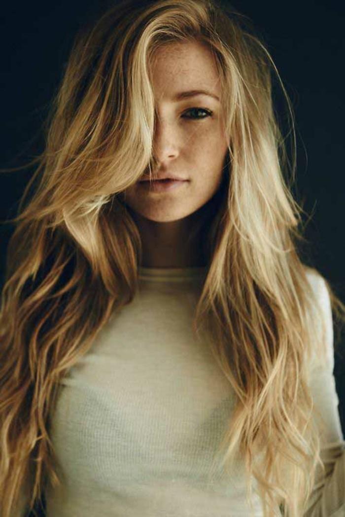 adorable-coupe-de-cheveux-long-belle-femme-blonde