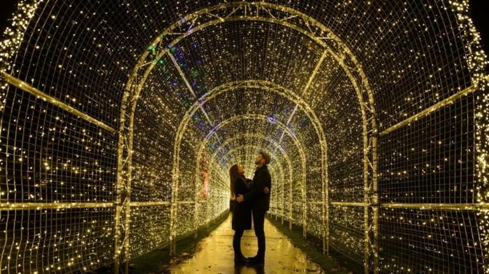 adorable-photo-couple-sous-les-lumieres-de-noel-romantique-photo