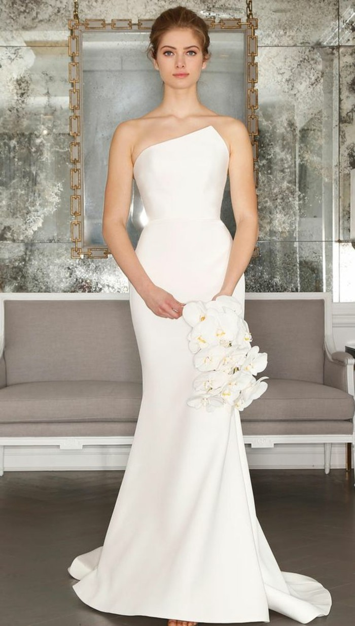 adorable-robe-mariee-simple-et-elegante-robe-simple-bouquet-cameilles