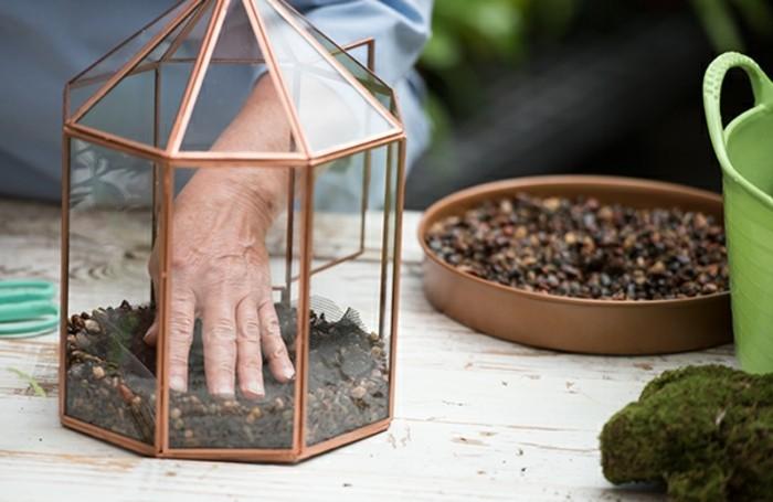 ajouter-une-couche-de-fibre-en-verre-pour-faire-votre-terrarium-plante