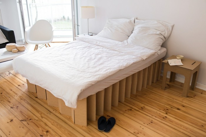 ambiance-naturelle-et-calme-dans-cette-chambre-a-coucher-lit-en-carton-et-table-de-chevet-cartonnee-meuble-carton-idee-geniale