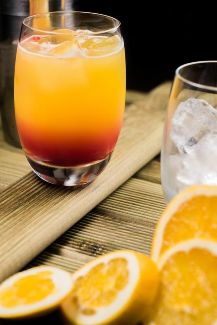 aperitif-sans-alcool-en-rouge-et-jaune-boisson-vitamineuse