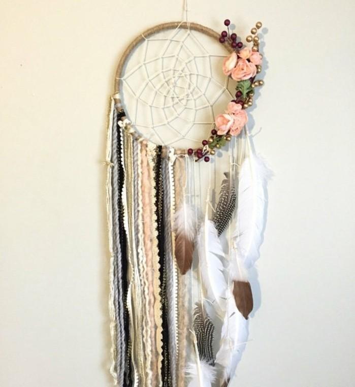 attrape-reve-decore-avec-plusieurs-details-plumes-perles-fleurs-decoration-style-boheme