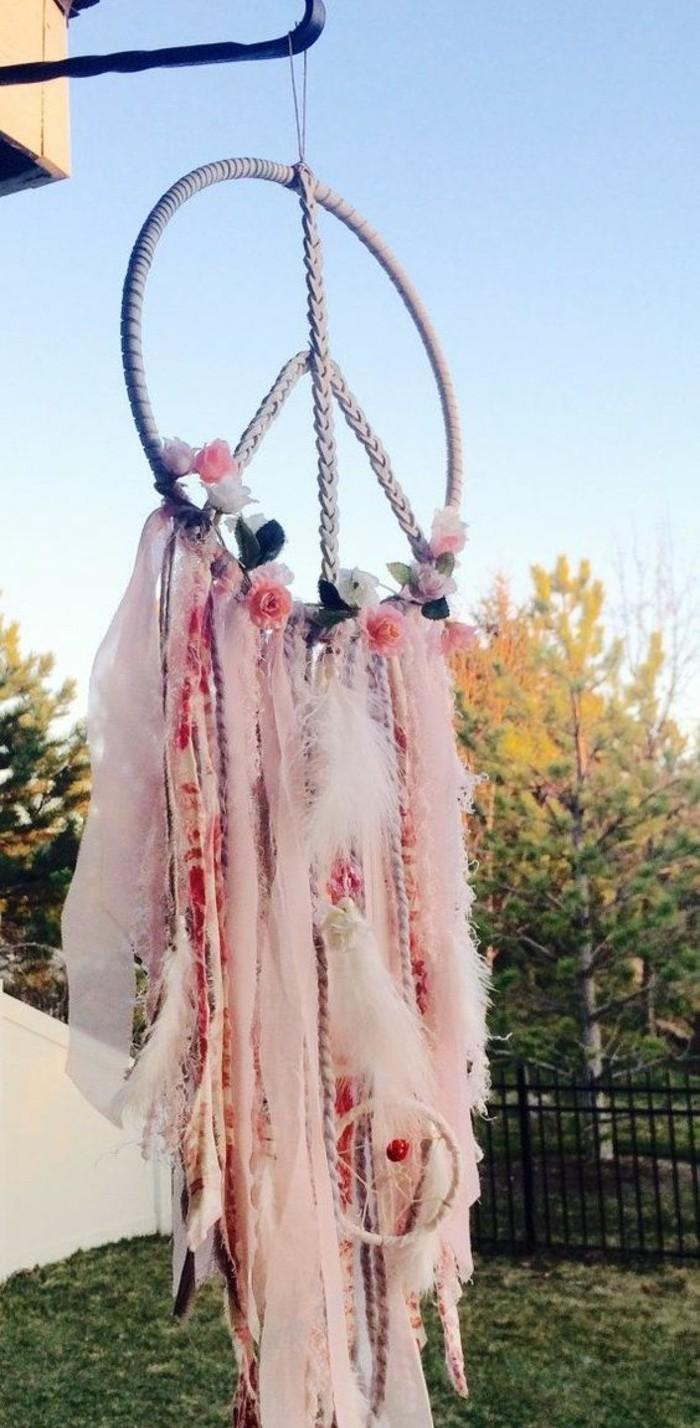 attrape-reve-anneau-symbolisant-la-paix-idee-diy-magnifique-decoration-riche-fleurs-et-bandes-de-tissu