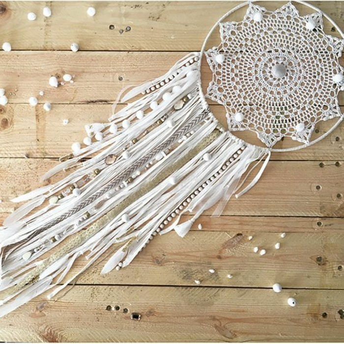 attrape-reve-blanc-centre-en-dentelle-et-franges-blancs-decoration-de-perles-blanches-rêve-dreamcatcher