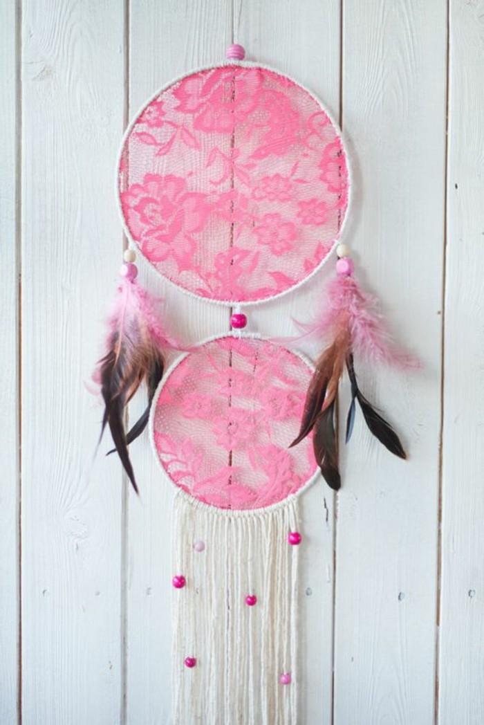 attrape-reve-deux-anneaux-toile-en-dentelle-rose-franges-blancs-decoration-de-plumes