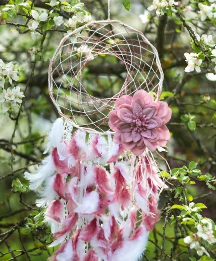 attrape-reve-extremement-joli-reseau-de-fils-fleur-decorative-rose-plumes-rose-et-blanche